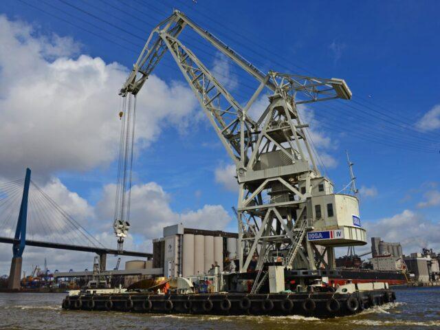 Verladung eines 113 Tonnen schweren und 10.30m grossen Schiffspropellers am 15.3.2014 mit dem HHLA Schwimmkran HHLA IV auf das Containerschiff  HYUNDAI TOGETHER am Terminal Altenwerder in Hamburg